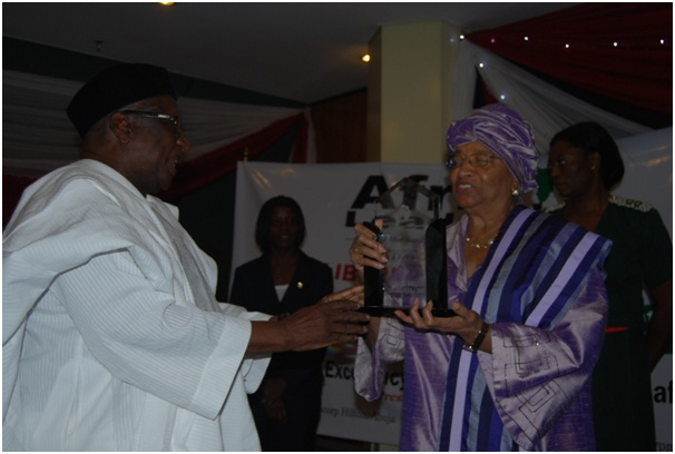 Dr. Bamanga Tukur presents an award to President Sirleaf